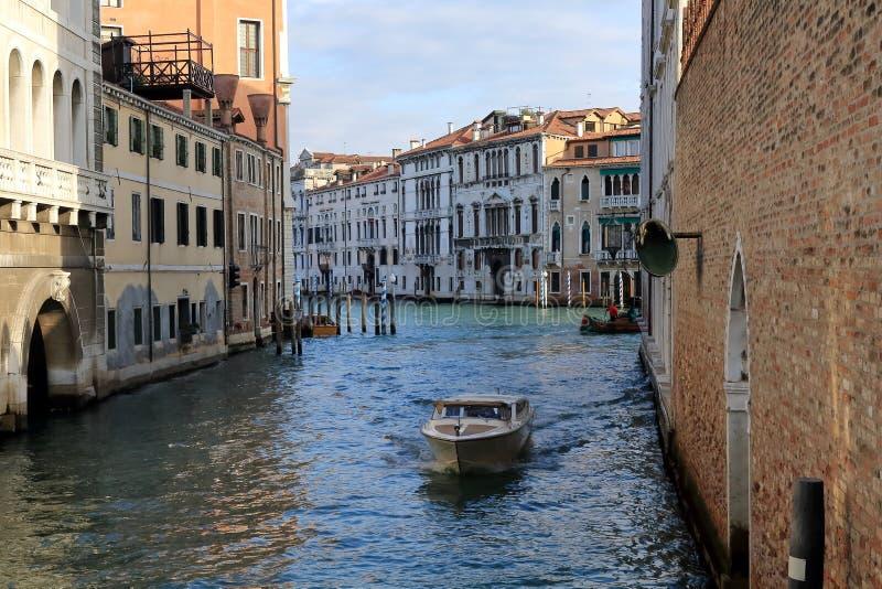 Взгляд Ria de Ca Foscari и Canale большого от Calle Foscari в Венеции стоковая фотография
