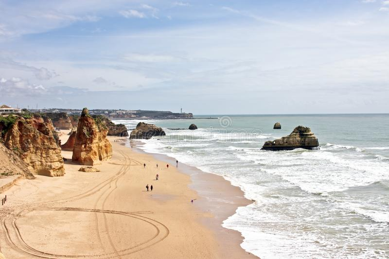 взгляд rocha praia da Португалии пляжа стоковое изображение rf