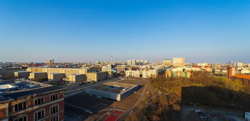 Взгляд s-глаза ` птицы исторических кварталов в центре Берлина в солнце вечера стоковое фото rf