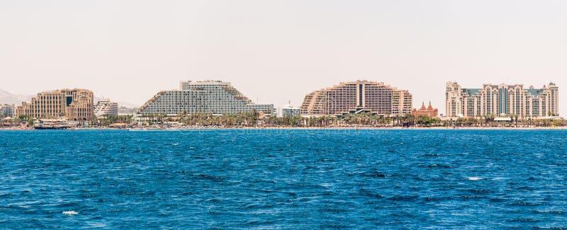 Взгляд Seascape от Красного Моря на известных гостиницах на пляже Eilat, южном курорте в Израиле стоковая фотография
