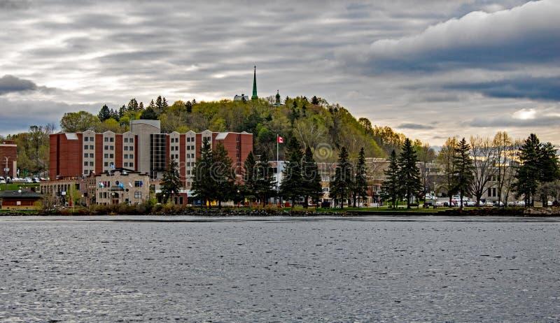 Взгляд Shawinigan, Квебек через реку Свят-Мориса стоковое фото