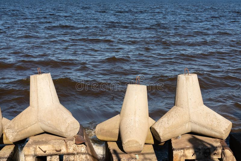 Взгляд tetrapod камней на береге моря для предотвращения прибрежного ersosion стоковое фото rf