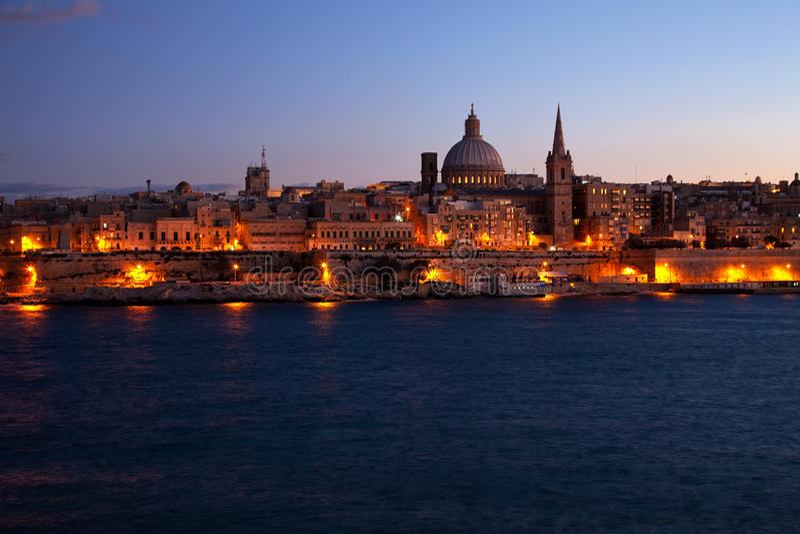 взгляд valletta ночи malta стоковая фотография rf
