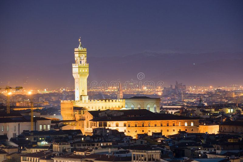 взгляд vecchio аркады palazzo ночи de florence стоковые фотографии rf