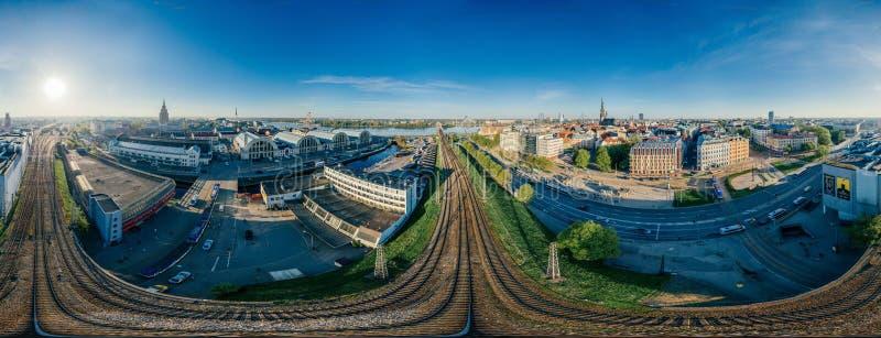 Взгляд vr сферы 360 трутня железных дорог и поездов Риги города стоковые фото