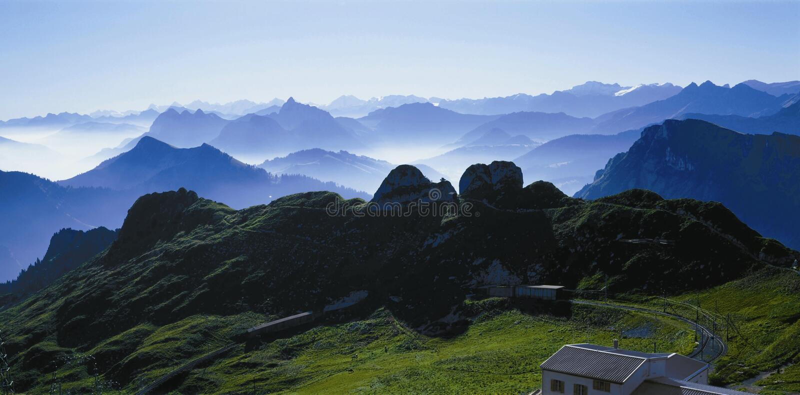 Взгляд Wonderfull от Rochers-de-Naye над швейцарскими горными вершинами на озере стоковая фотография rf