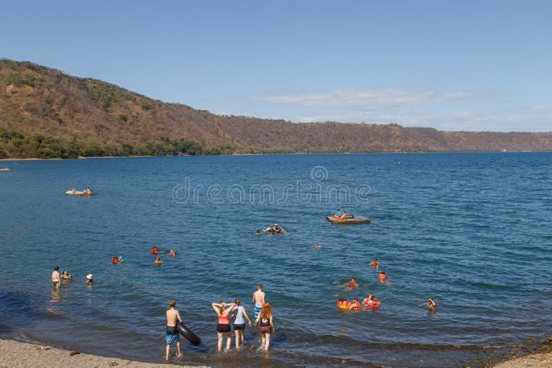 Взгляд лагуны Apoyo с людьми на воссоздании в солнечном дне, Masaya, Никарагуа стоковое фото rf
