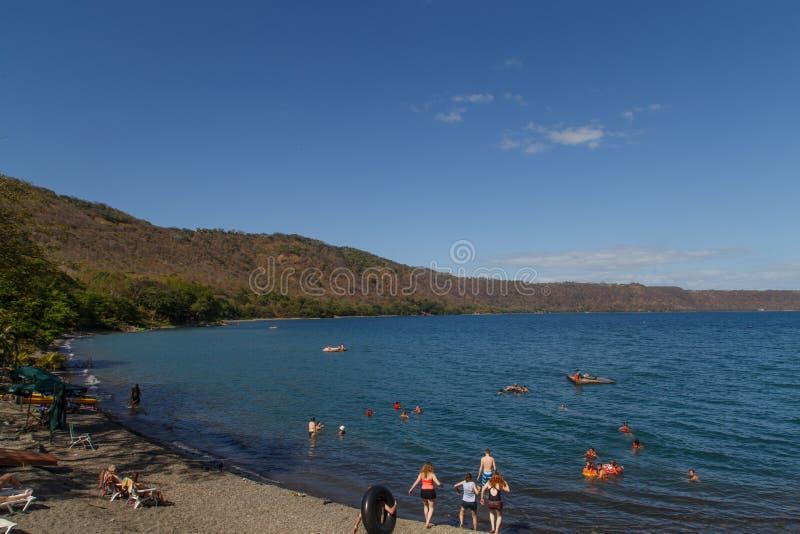 Взгляд лагуны Apoyo с людьми Masaya, Никарагуа стоковое фото rf