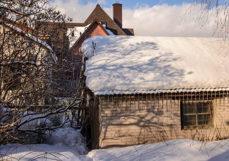 Взгляд амбара кирпича весной стоковая фотография