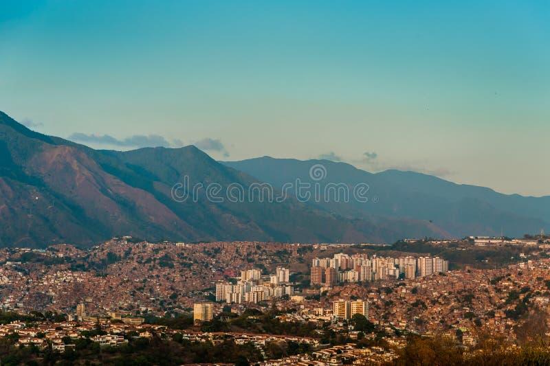 Взгляд ландшафта Каракаса с Авила в предпосылке с ясным небом стоковые изображения rf