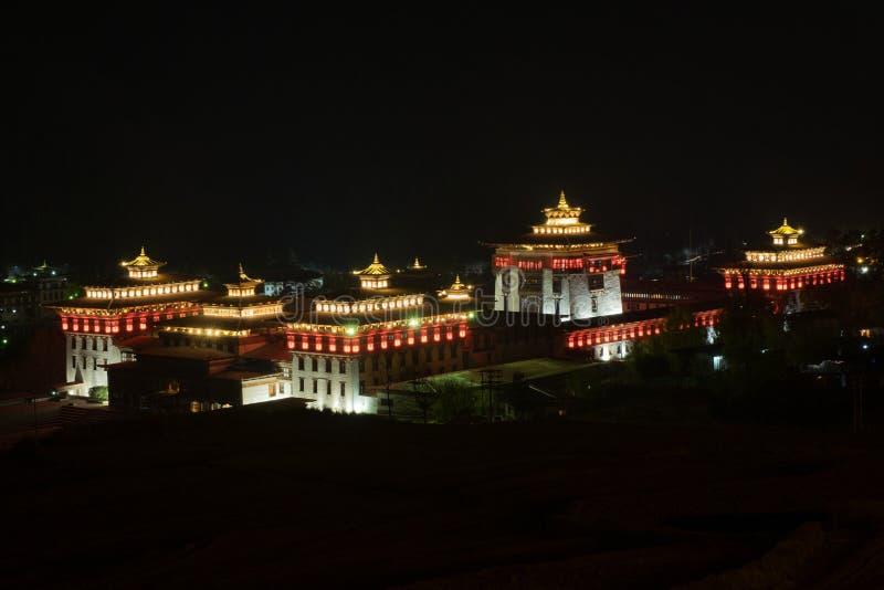 Взгляд ландшафта ночи Trashi Chho Dzong, Тхимпху, Бутана стоковые фотографии rf