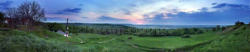 Download Взгляд ландшафта утра панорамный Стоковое Изображение - изображение насчитывающей backhoe, bluets: 40582219