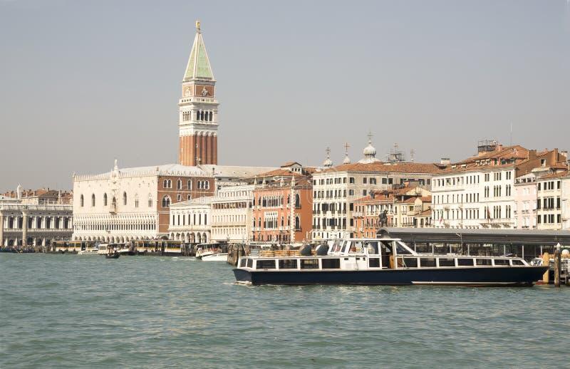Взгляд аркады Сан Marco от шлюпки. Венеция. Италия стоковая фотография