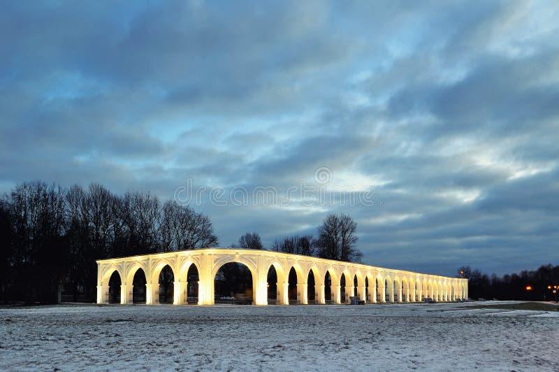 Взгляд архитектуры загоренной аркады старых торговль на дворе ` s Yaroslav в Veliky Новгороде, России стоковая фотография