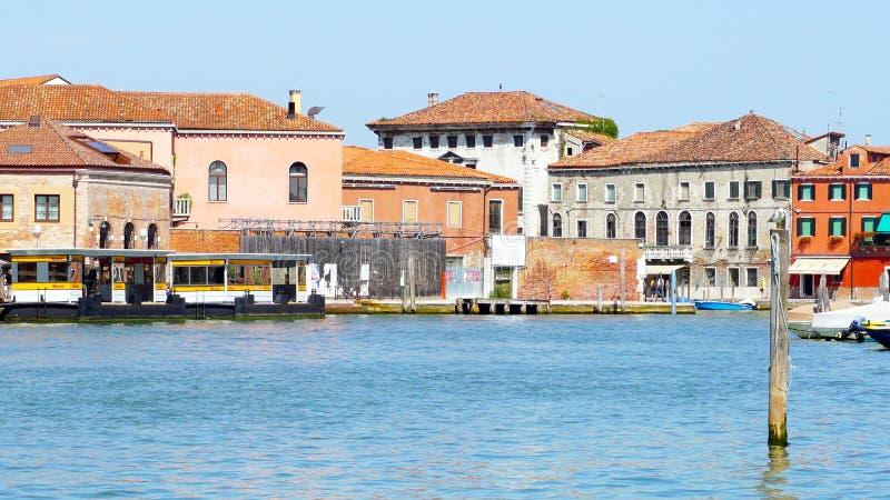 Взгляд архитектуры здания в Murano и реке стоковая фотография