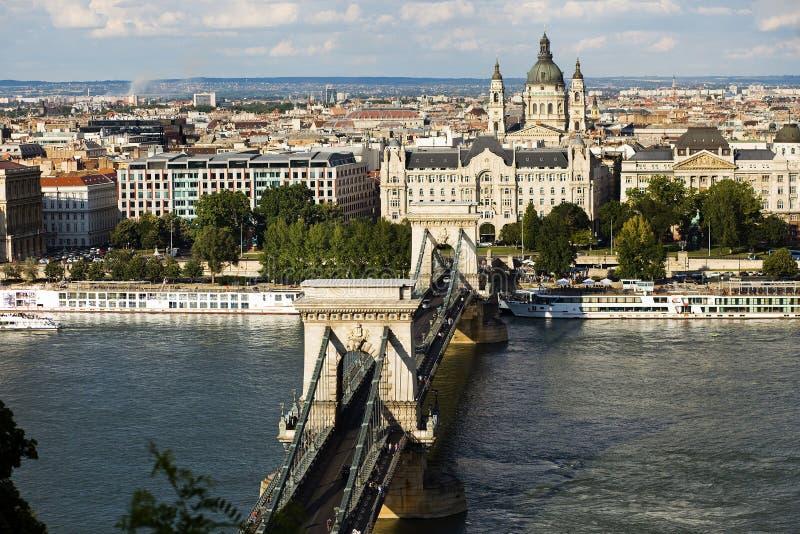 Взгляд базилики St Stephens и цепного моста стоковые фотографии rf