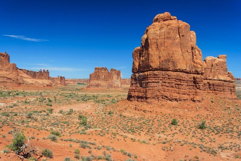 Взгляд башни башен здания суда Babel и 3 сплетен в национальном парке Юте США сводов стоковое изображение rf