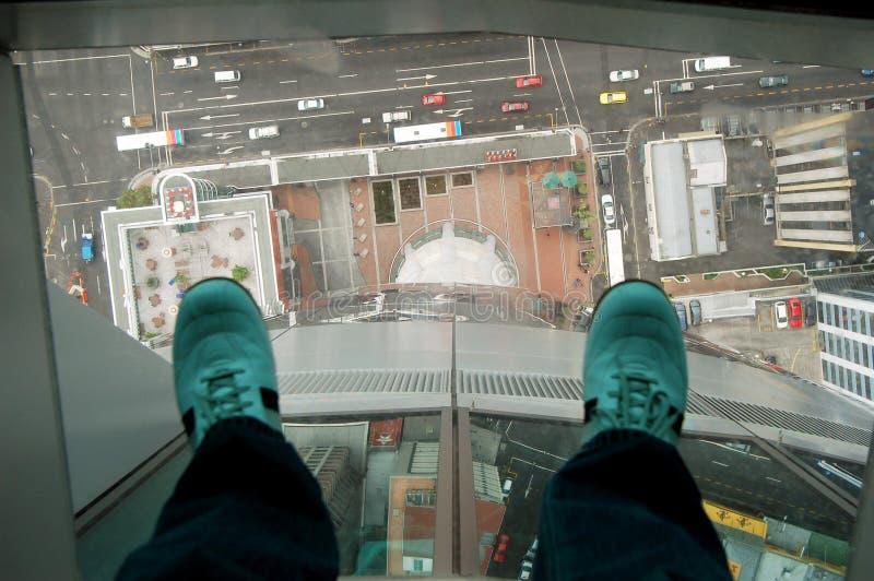 Взгляд башни неба Окленда стекла дна улицы ботинок в Новой Зеландии стоковые изображения