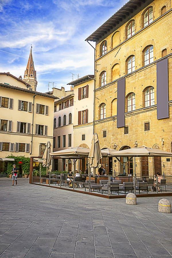 Взгляд башни церков в улице в Флоренсе в Италии в summ стоковое изображение