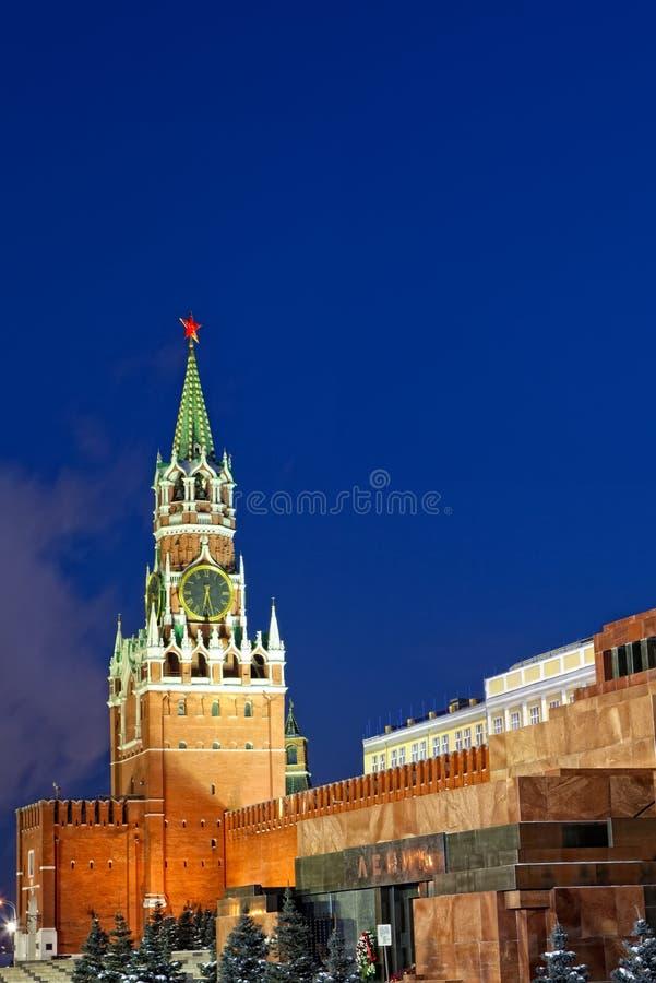 взгляд башни spasskaya России ночи kremlin moscow стоковая фотография