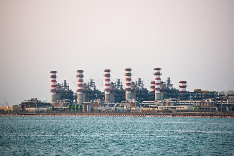 Взгляд большого нефтеперерабатывающего предприятия на предпосылке неба стоковые фото