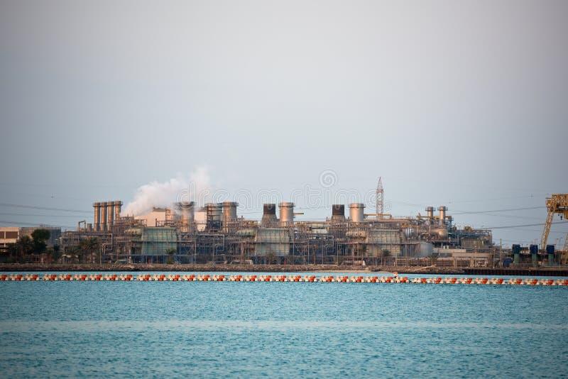 Взгляд большого нефтеперерабатывающего предприятия на предпосылке неба стоковое фото