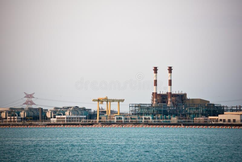 Взгляд большого нефтеперерабатывающего предприятия на предпосылке неба стоковая фотография
