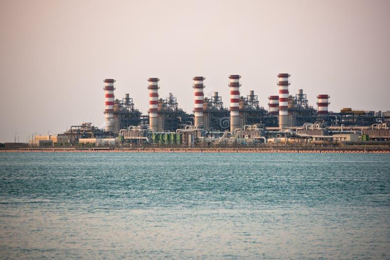 Взгляд большого нефтеперерабатывающего предприятия на предпосылке неба стоковые фотографии rf