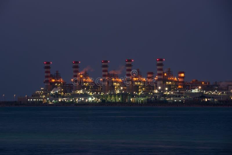Взгляд большого нефтеперерабатывающего предприятия на предпосылке ночного неба стоковая фотография