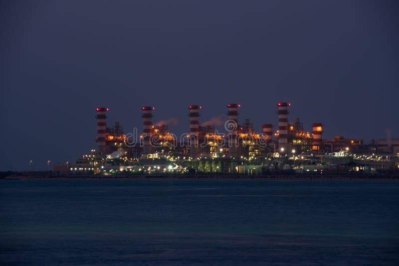 Взгляд большого нефтеперерабатывающего предприятия на предпосылке ночного неба стоковое фото