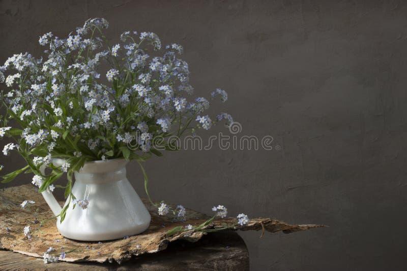 Взгляд-вверх-и-поцелу-я цветки стоковое изображение