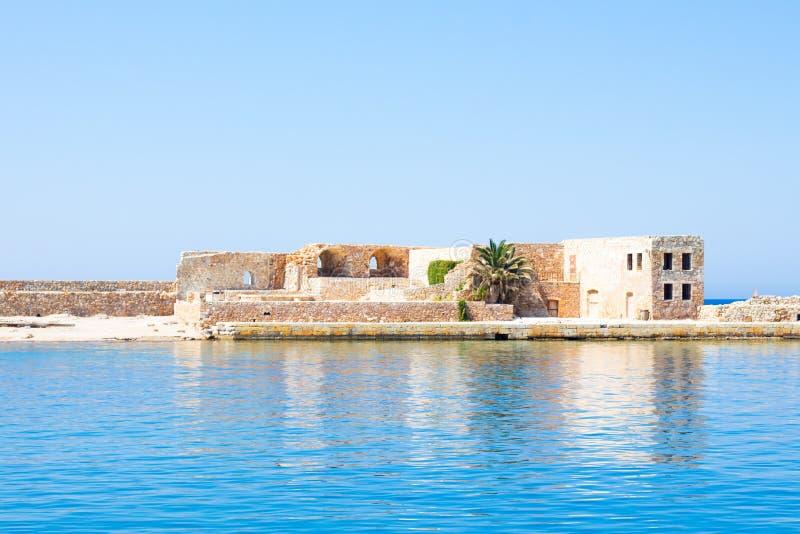Взгляд венецианского бастиона Сан Nicolo вдоль стены гавани, Chania, Крит, Греция стоковое фото