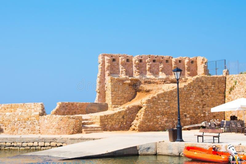 Взгляд венецианского бастиона Сан Nicolo вдоль стены гавани, Chania, Крит, Греция, Европа стоковая фотография