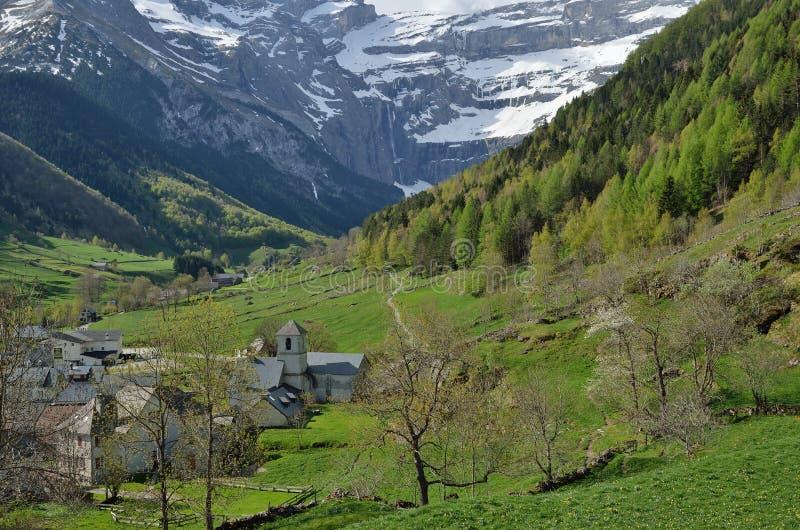 Взгляд весны горного села Gavarnie стоковые изображения