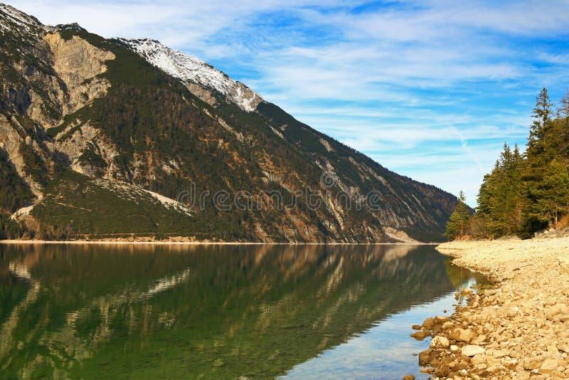 Взгляд вечера берега озера на озере Achensee стоковые изображения