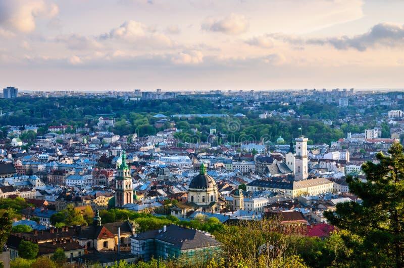 Взгляд вечера города Львова старый стоковое изображение rf