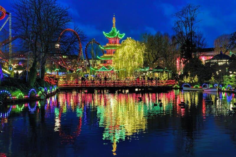 Взгляд вечера китайской пагоды в садах Tivoli в Копенгагене, Дании стоковое фото rf