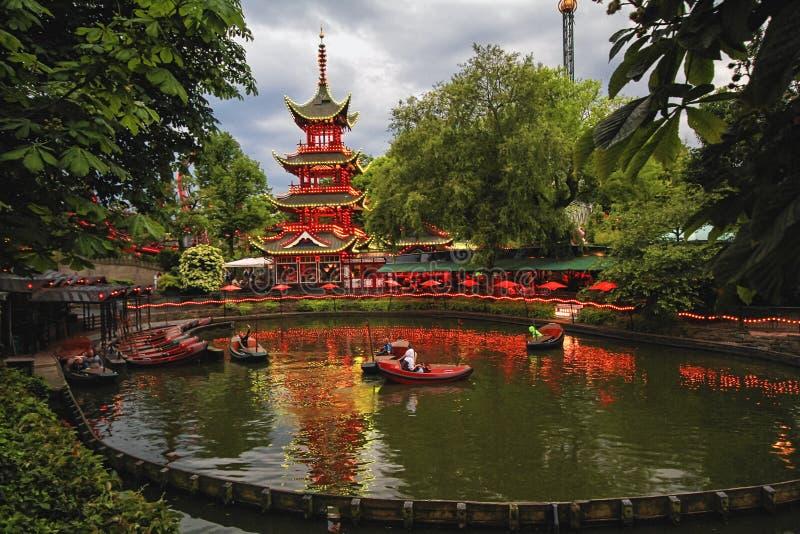 Взгляд вечера садов Tivoli с китайской пагодой стоковые изображения