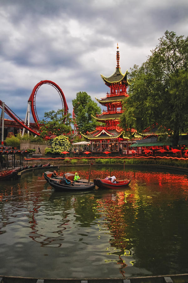 Взгляд вечера садов Tivoli с китайской пагодой стоковая фотография rf