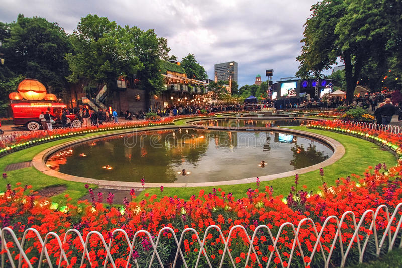 Взгляд вечера садов Tivoli с прудом и концертным залом стоковые фотографии rf