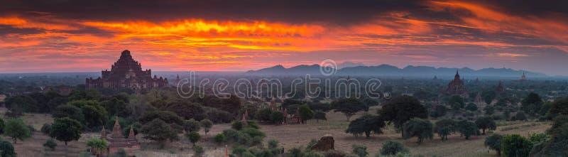Взгляд висков Bagan, Мьянма панорамы стоковая фотография rf