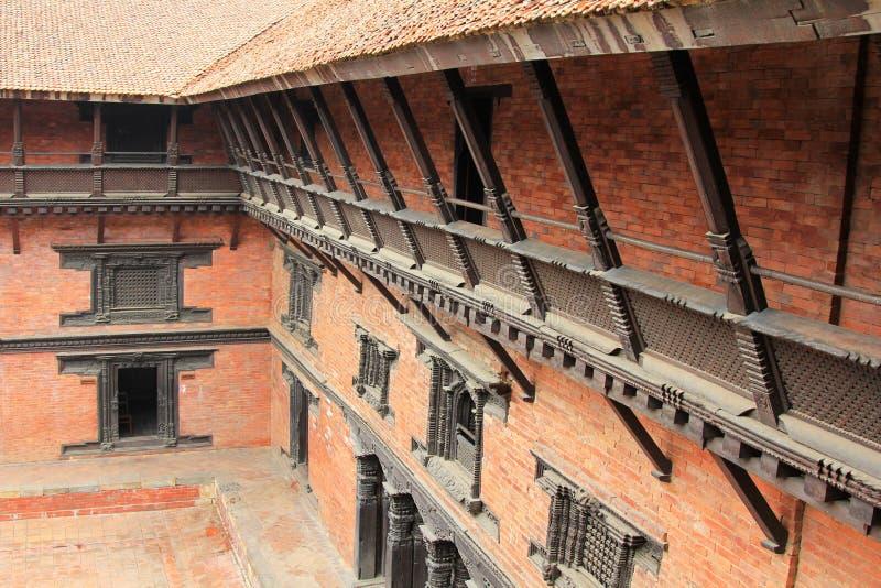 Взгляд внешнего коридора на балконе на музее Patan в Patan, Непале стоковая фотография