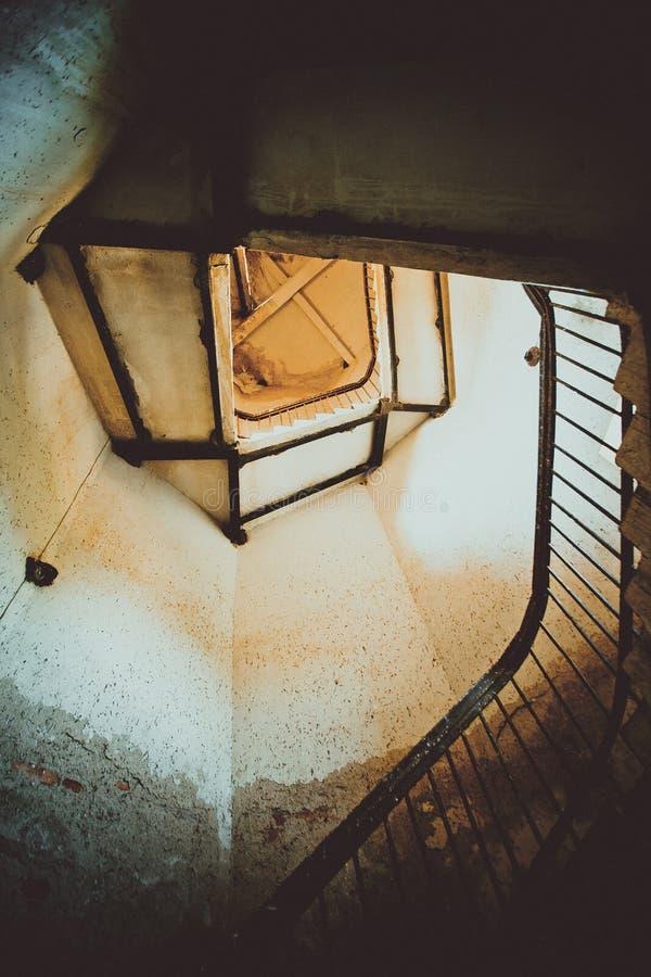 Взгляд внешней стороны спирального случая лестницы в маяке стоковое изображение rf