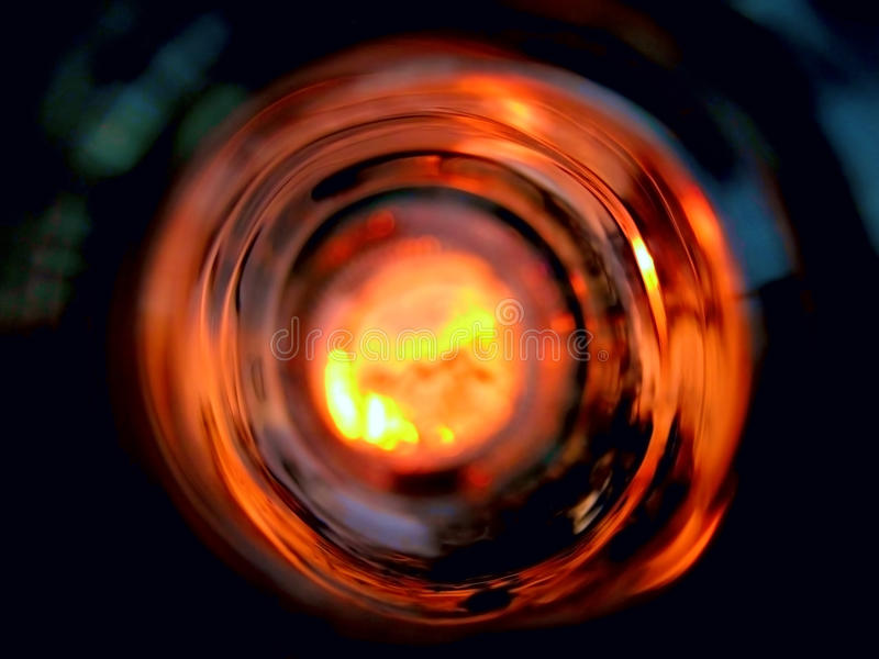 Взгляд внутри пустой стеклянной бутылки стоковые фотографии rf