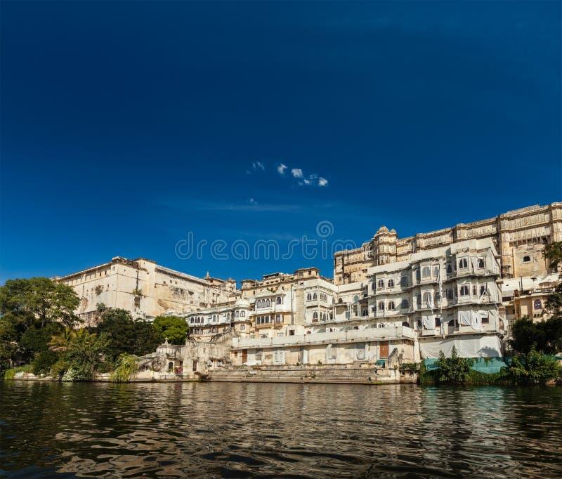 Download Взгляд дворца города от озера. Udaipur, Раджастхан, Индия Стоковое Изображение - изображение насчитывающей индия, озеро: 33738037