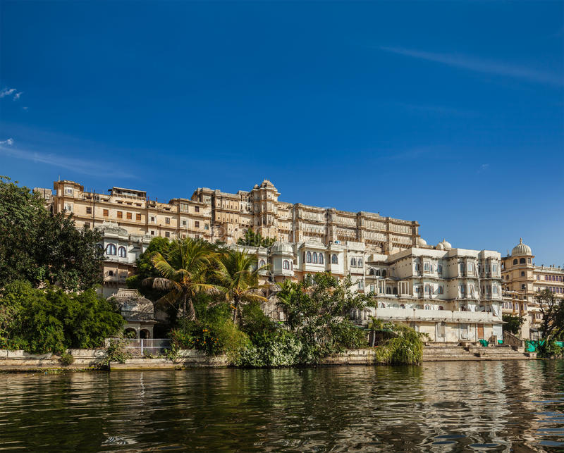 Download Взгляд дворца города от озера. Udaipur, Раджастхан, Индия Стоковое Изображение - изображение насчитывающей вода, sightseeing: 33738043