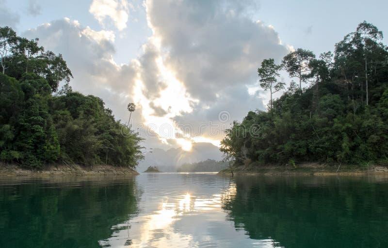 Взгляд восхода солнца с отражением между островом 2 в национальном парке Khao Sok на Suratthani, Таиланде от шлюпки стоковая фотография rf
