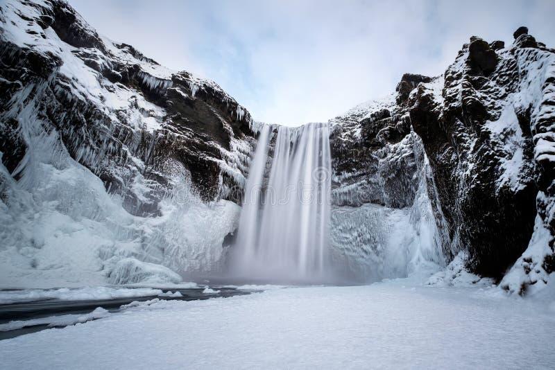 Взгляд водопада Skogafoss в зиме стоковые изображения