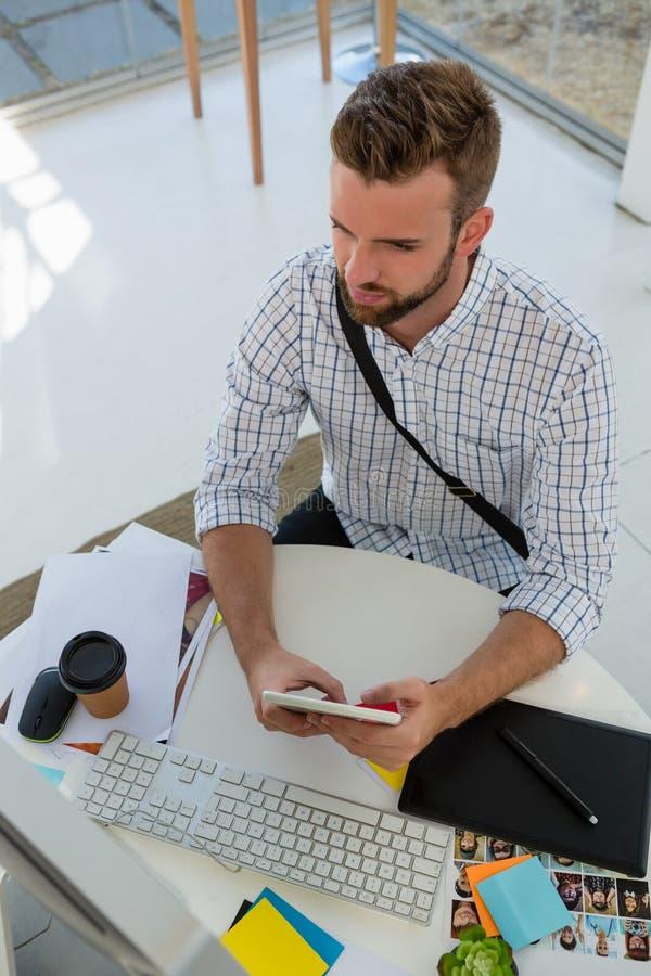 Взгляд высокого угла график-дизайнера используя планшет на столе стоковое фото rf