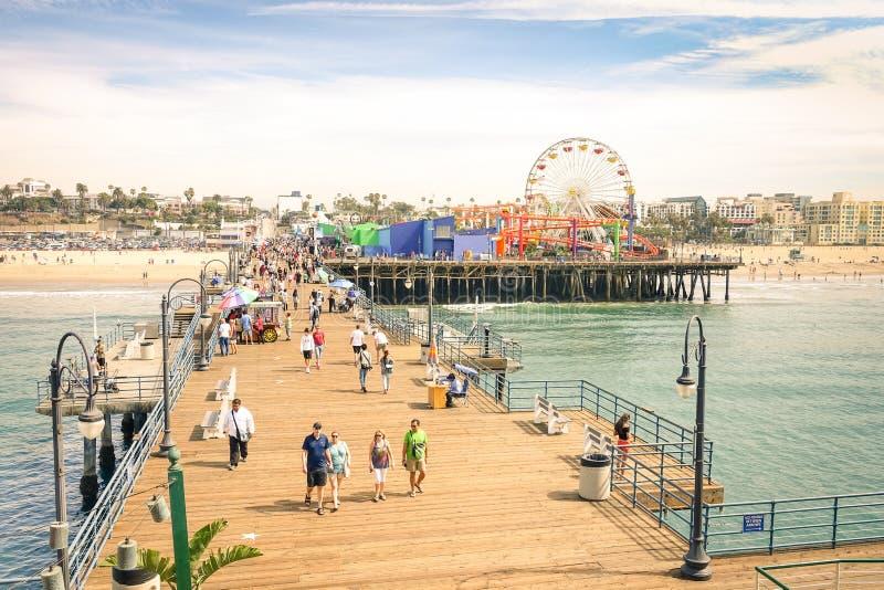 Взгляд высокого угла пристани Санта-Моника около Лос-Анджелеса Калифорнии стоковое фото rf